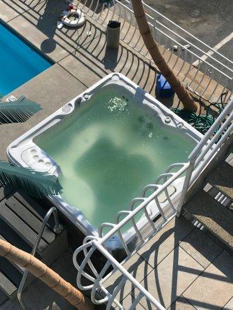 Quarterdeck Motel: Filthy hot tub
