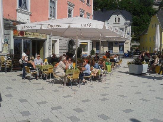 Kremsmünster, النمسا: Schanigarten Cafe Eglseer ( bei Schönwetter )