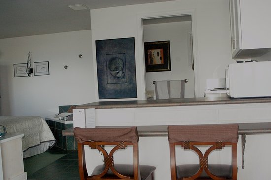 Bowser, Canadá: Honeymoon suite breakfast bar and kitchen