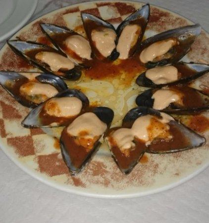 Tarazona, İspanya: Mejillones con salsa romesco