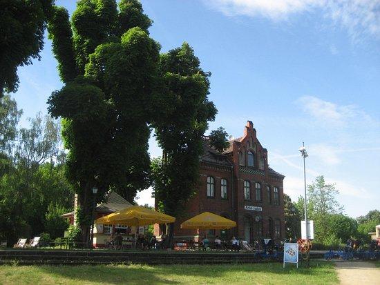 Zossen, Duitsland: Draisinen-Bahnhof Mellensee. Möglichkeit zum Picknicken und Minigolfspielen