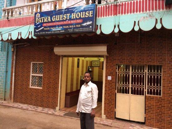 Patra Guest House: ホテル正面(コイツ部屋まで入ってきてチップをねだる!)