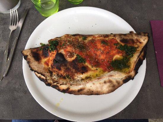 Meylan, Frankrike: Pizza calzone avec oeuf