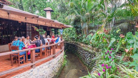 Zona exterior del restuarante con vista al estero y for Al alba jardin hotel