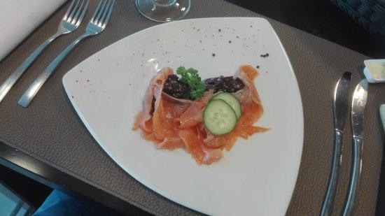 Grâce-Hollogne, Belçika: Gerookte zalm met een rode biet salade.