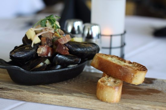 Pewaukee, WI: Mussels house bacon, apple, cider jus and crusty bread