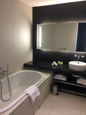 salle de bain avec grande baignoire et douche picture of intercontinental marseille hotel. Black Bedroom Furniture Sets. Home Design Ideas