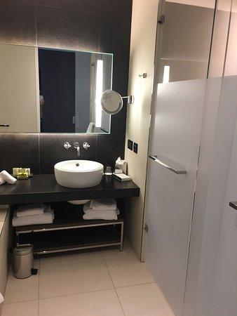 Salle de bain avec grande baignoire et douche - Picture of ...