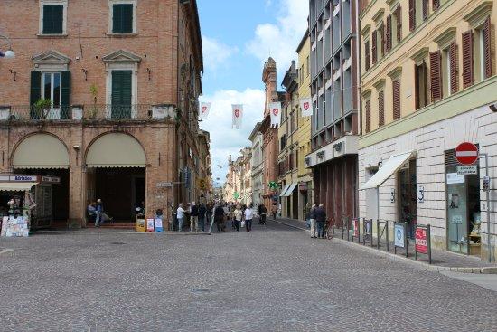 Marche, Italië: Meerdere pleinen en winkelstraten