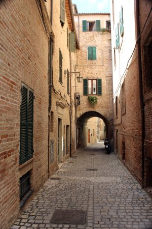 ماركي, إيطاليا: Smalle steegjes en historische gebouwen