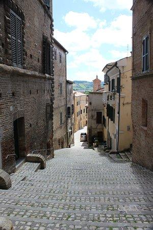 Marche, Italië: Gelegen op heuvels