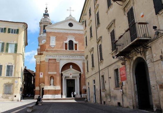 Marche, Italië: Historische kerken