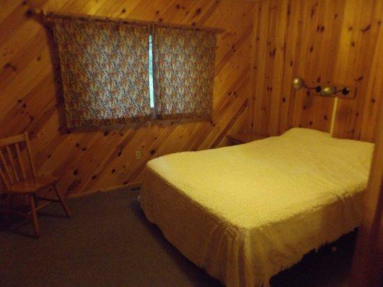 Bert's Cabins : Cabin bedroom #1