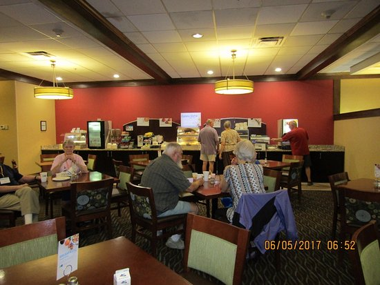 Charleston, Virginia Occidental: Area serving breakfast (on time...important for a group)