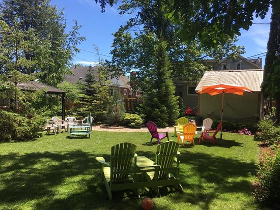 Leamington, Canadá: Our garden retreat!  Lots of shade and a fish pond too!