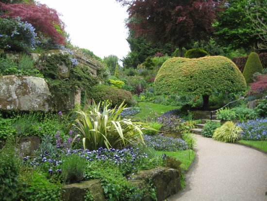 A small garden path in Hever - Picture of Hever Castle & Gardens ...