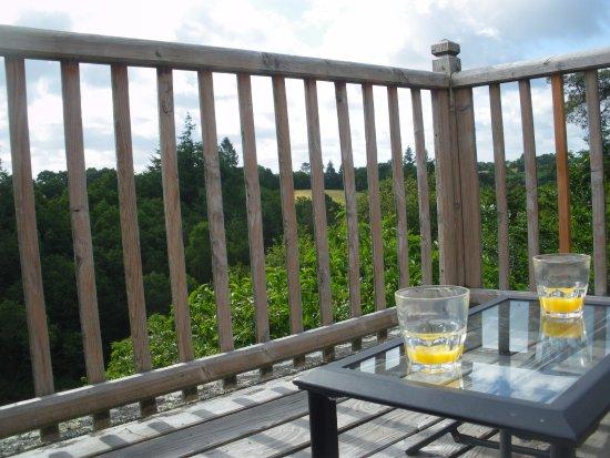 voici la terrasse a gauche c t couvert et droite le petit nid douillet photo de vallee de. Black Bedroom Furniture Sets. Home Design Ideas
