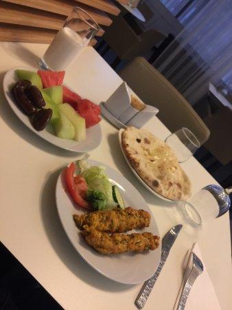 Sarcelles, Francia: Entrée + dattes / melon / pastèque et lait fermenté pour la rupture du jeûne