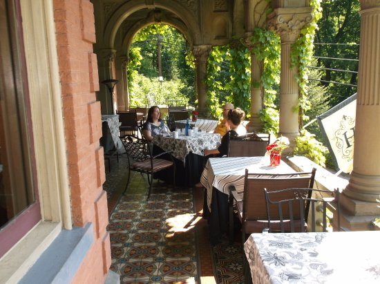 Harry Packer Mansion Inn: The veranda