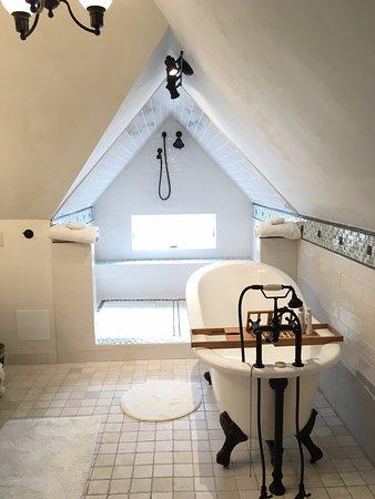 1899 Inn: Attic suite bathroom
