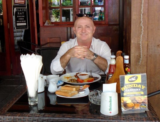 The Kiwi Sport Pub & Grill: Sitting outside in the seating area