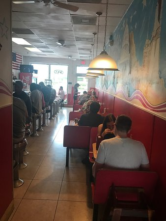 Oakland Park, Floride : Here's how it looks in the inside and this little restaurant gets really busy.