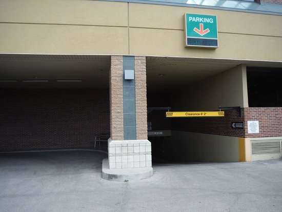Holiday Inn Winnipeg - Airport West: UNDERGROUND PARKING ENTRANCE