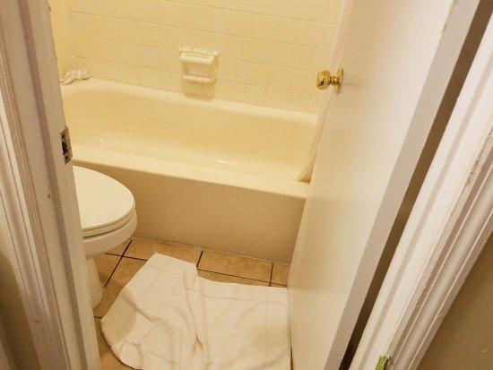 Rodeway Inn & Suites: Can barely shut the door