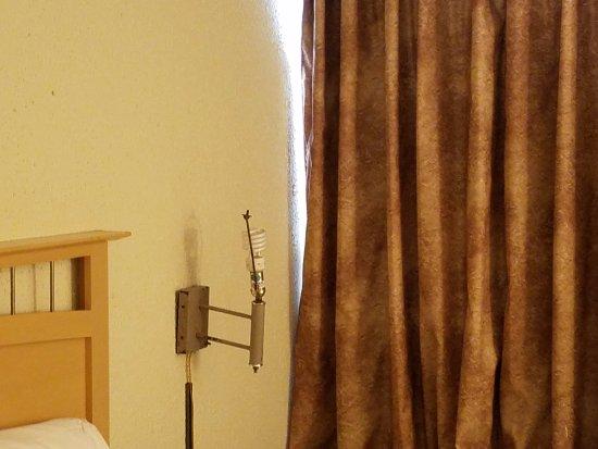 Rodeway Inn & Suites: Exposed light