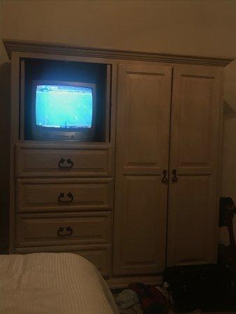 El Encanto Inn & Suites Boutique Hotel: Es ridicula la television del cuarto!
