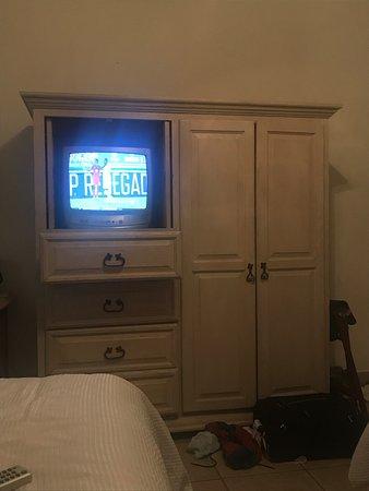El Encanto Inn & Suites Boutique Hotel: Una television muy chica y vieja dentro de las habitaciones.