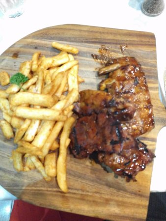 Gordon, Australia: Pork ribs are well cooked and the chips are excellent