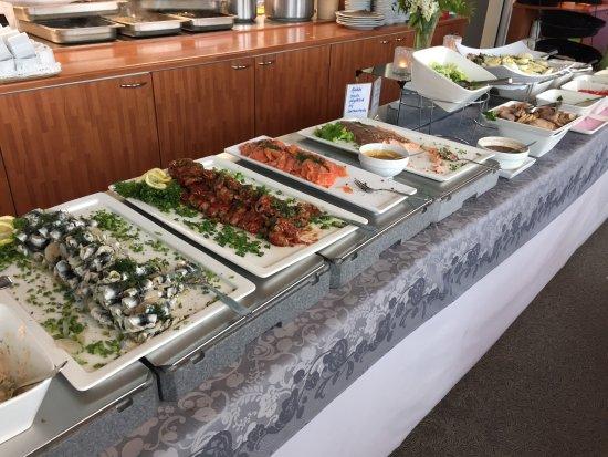Pori, Finland: Hieno ja kalaisa seisovapöytä.