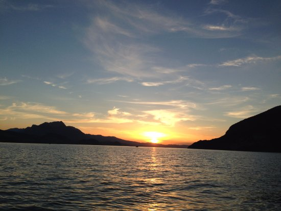 Faulensee, Switzerland: Wakesurf.world Sunset Thunersee