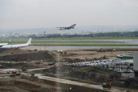 Hotel Novotel Taipei Taoyuan International Airport: Flight takes off