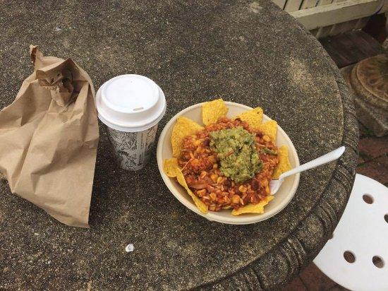 Blackheath, Australien: vegan nachos, a takeaway soy flat white and a little nibble of dessert