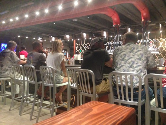 Maui Brewing Company: Night time, busier still but great service.