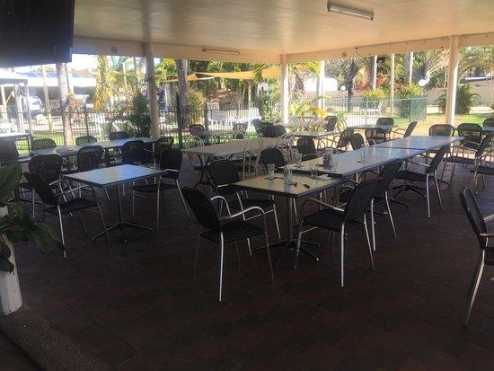 Lucinda Point Hotel Motel: Shady outside dining area