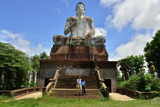 Wat Ek Phnom : Large Buddha statue at the main entrance