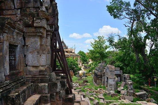 Wat Ek Phnom : Side entrance