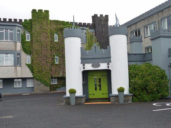 The Burren Castle Hotel: Entrée de l'hôtel