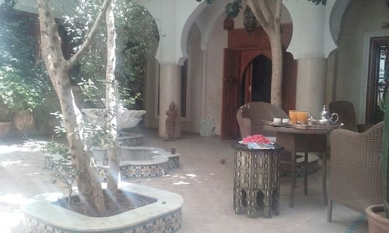 """Riad Asrari: Vue sur le patio au moment du """"gout-thé"""""""