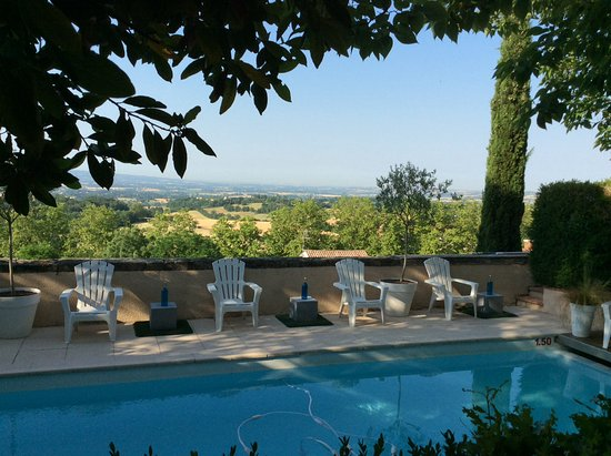 Puylaurens, Frankrig: View over pool and countryside beyond
