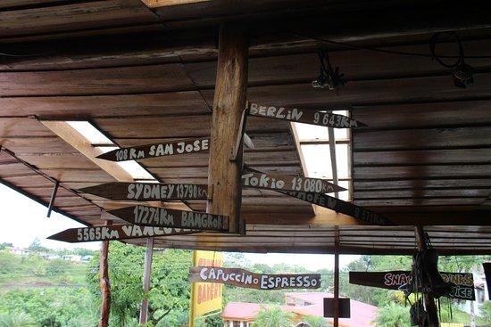 Nuevo Arenal, Costa Rica: Wegweiser ... über 9000km von zuhause entfernt