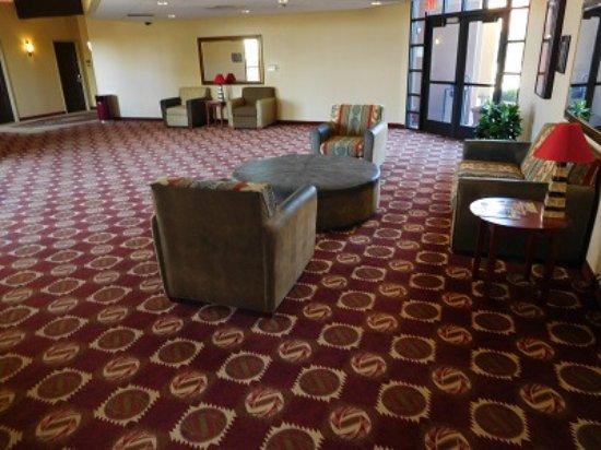 Moenkopi Legacy Inn & Suites: Foyer area in one of the wings