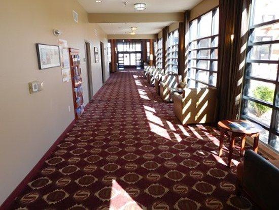 Moenkopi Legacy Inn & Suites: Spacious corridors