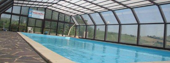 Ortezzano, Italia: Tetto chiuso per la piscina coperta dell'agriturismo Vecchio Gelso