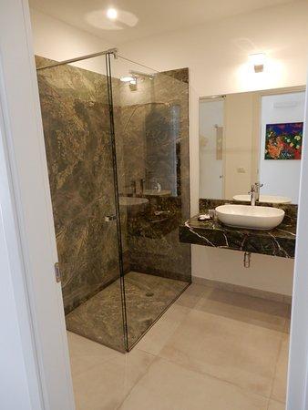 Fantastisch Luna Minoica Suites U0026 Apartments: Modernes Bad   Leider Dusche Ohne Ablage  Für Dischmittel