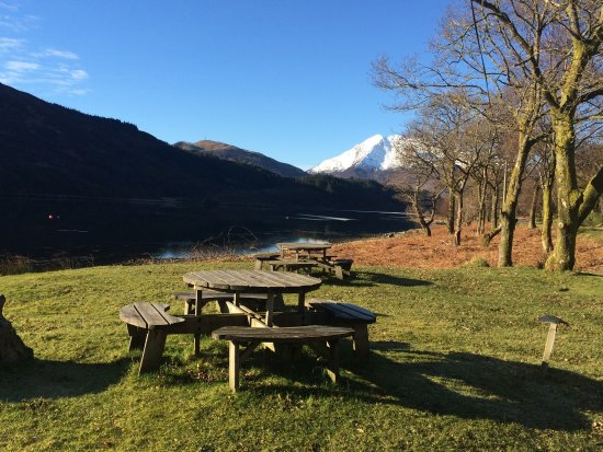 Onich, UK: Outside picnic area on the shore of Loch Leven.