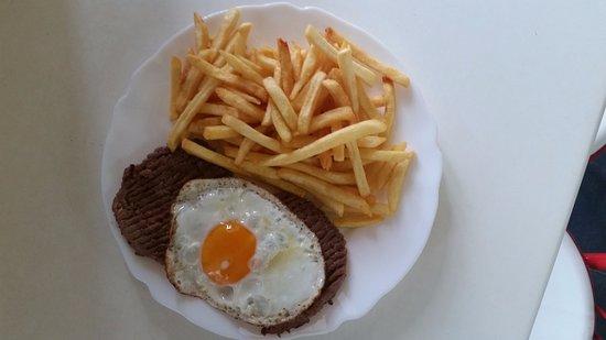 Hamburguer no prato com ovo e salada deliciosa carne e muito saboroso em Moura